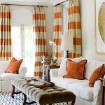Оранжевые подушки на белом диване