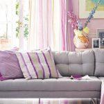 Полосатая подушка на угловом диване