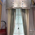 Полосатые шторы с ламбрекеном в гостиной