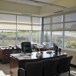 Рулонные шторы на окнах офисного помещения