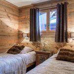 Деревянная отделка спальни в загородном доме