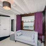 Небольшой диван в гостиной частного дома