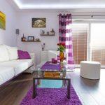 Фиолетовые полоски на занавесках в зале