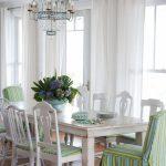 Обеденные стол из дерева в кухне-столовой
