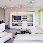 Белая мебель в гостиной современного стиля