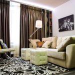 Плотные занавески в зале с угловым диваном