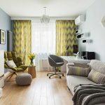 Серый диван на дощатом полу