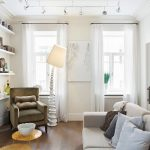Софиты на белом потолке в гостиной