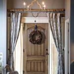 Венок из шишек на деревянной двери