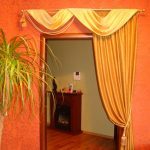 Золотистая штора на оранжевой стене