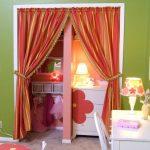 Яркие шторы в интерьере детской
