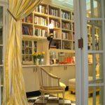 Штора на двери в домашней библиотеке