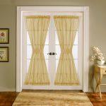 Белая дверь с занавесками желтого оттенка