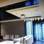 Проектор на потолке гостиной с натяжным потолком