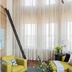Приставная лестница в гостиной с высоким потолком