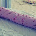Г-образная подушка не универсальна, но очень удобна во многих отношениях