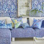 Голубые диванные подушки разных размеров и форм и из разных материалов