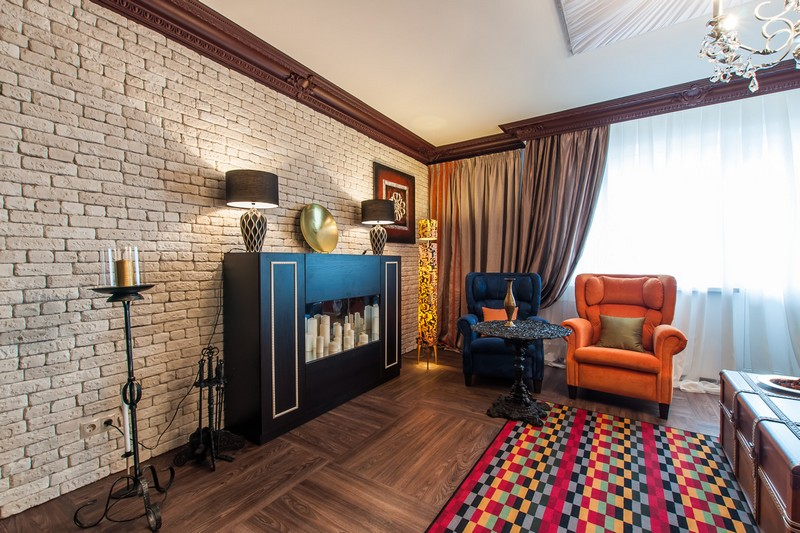 Коричневый карниз на потолке гостиной в стиле лофта