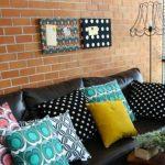 Интерьерные подушки с завитками и горошинками для строгого интерьера