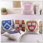 Интересный вариант подушек для декора в английском стиле