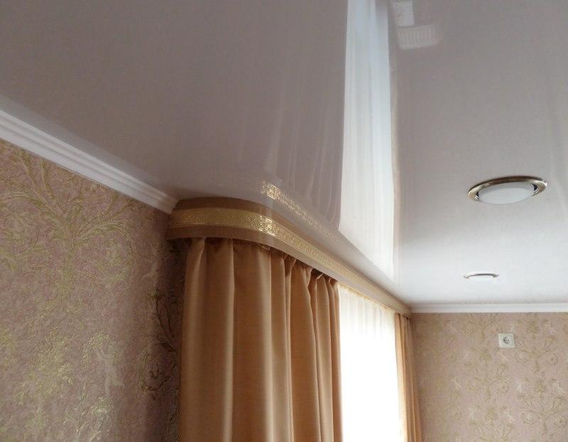Закрепление шторы с карнизом на натяжном потолке