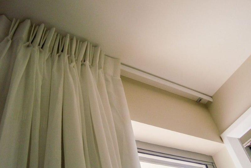 Крепление белой шторы на полочном карнизе