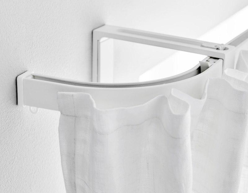 Белая штора на алюминиевом карнизе с загибом