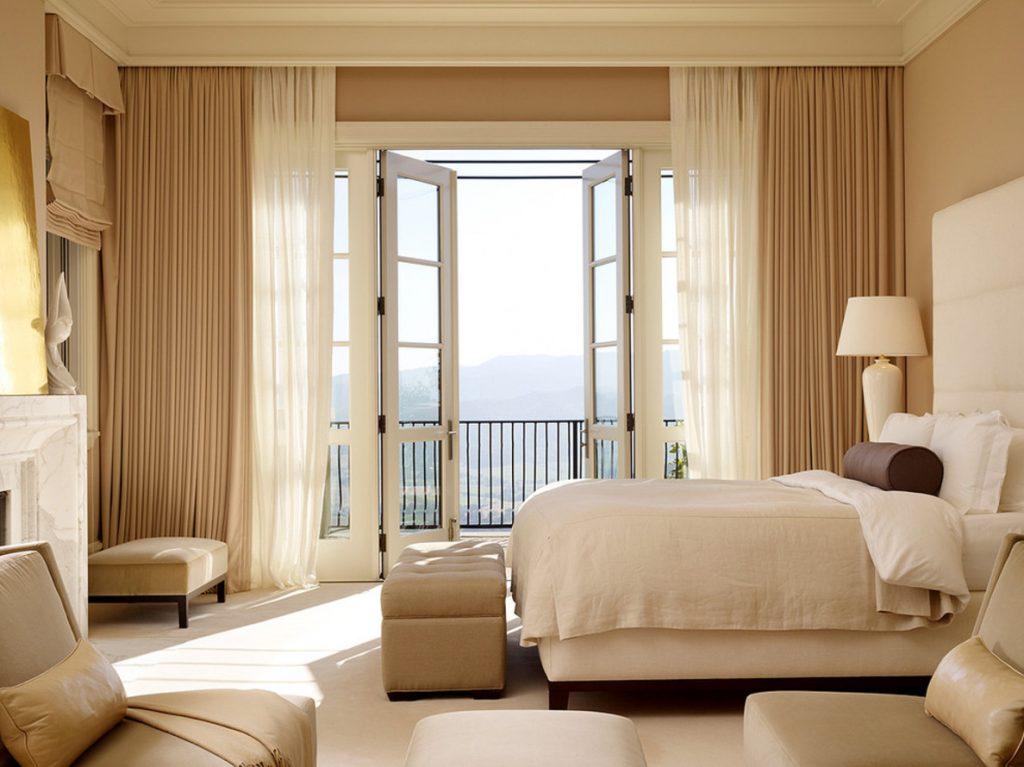Оформление окна с балконом бежевыми шторами