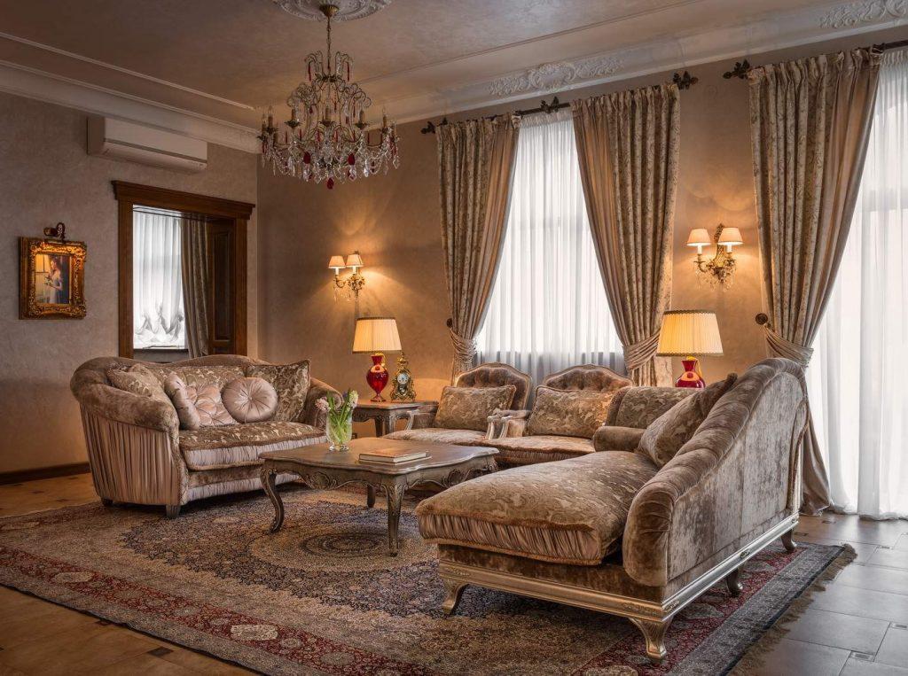 Оформление окон гостиной в стиле классики