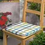 Клетчатая подушка для деревянного стула
