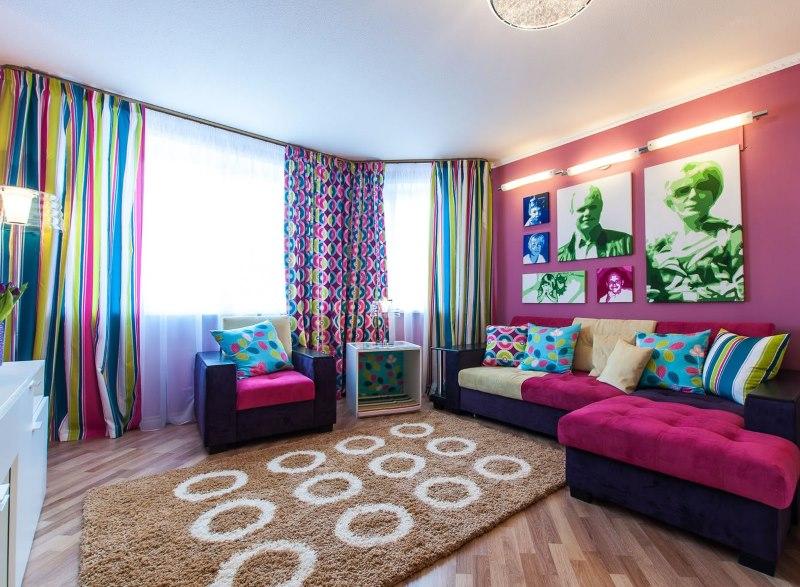 Привлекательный интерьер гостиной в ярких тонах