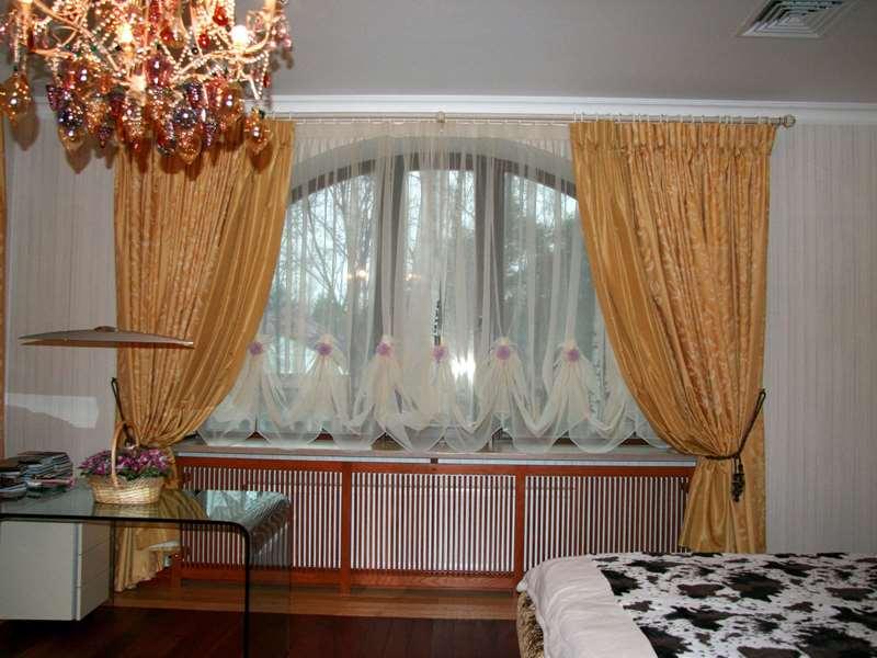 Короткие шторы из тюля в гостиной