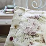 Крашенная подушка с пуговичками в стиле прованс