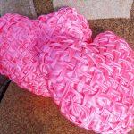 Красивые атласные подушки розового цвета