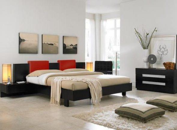 Красивые напольные подушки в спальне