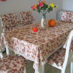 Красивый комплект - скатреть на стол и подушки на стулья