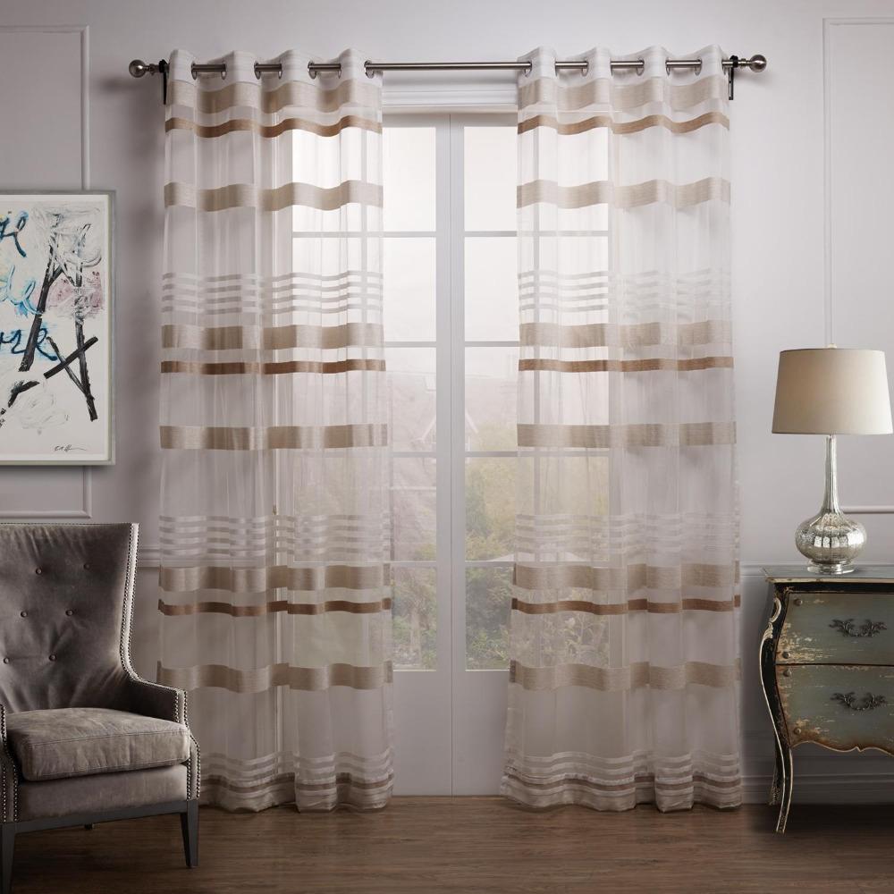 Полосатый тюль на окне гостиной в классическом стиле