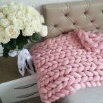 Красивый вязанный плед розового цвета