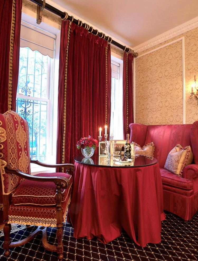 Красная скатерть на столике в гостиной
