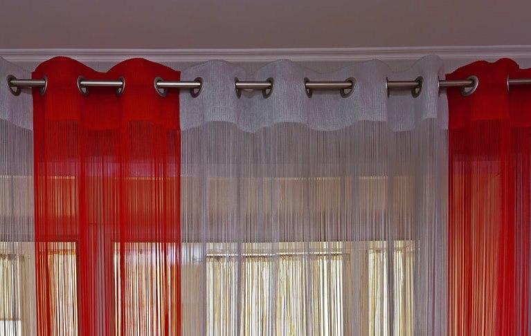 Красно-белые шторы на круглом карнизе