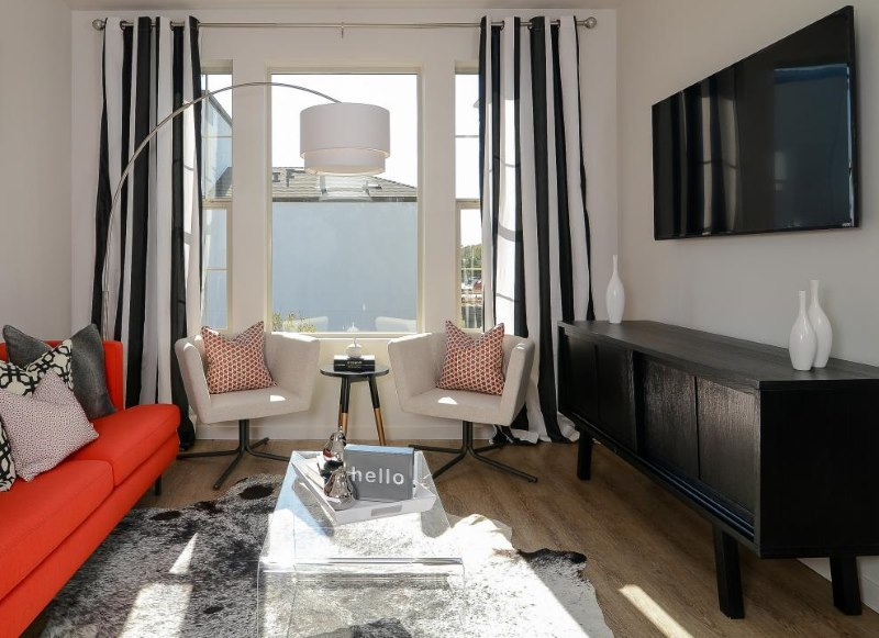 Небольшая гостиная со шторами в черно-белую полоску