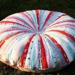 Круглая подушка из лоскутков