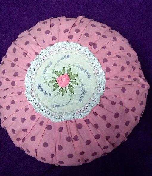 Круглая подушка с вышивкой