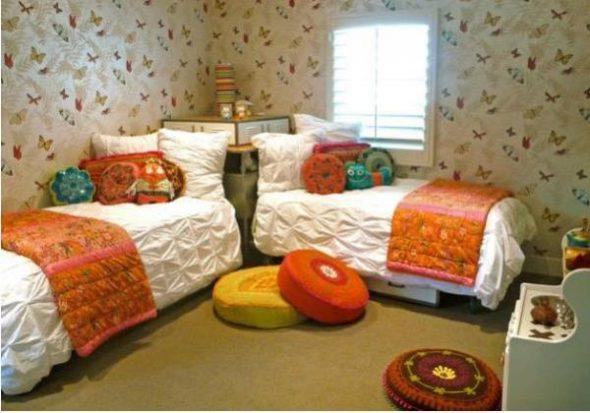 Круглые подушки на полу в детской