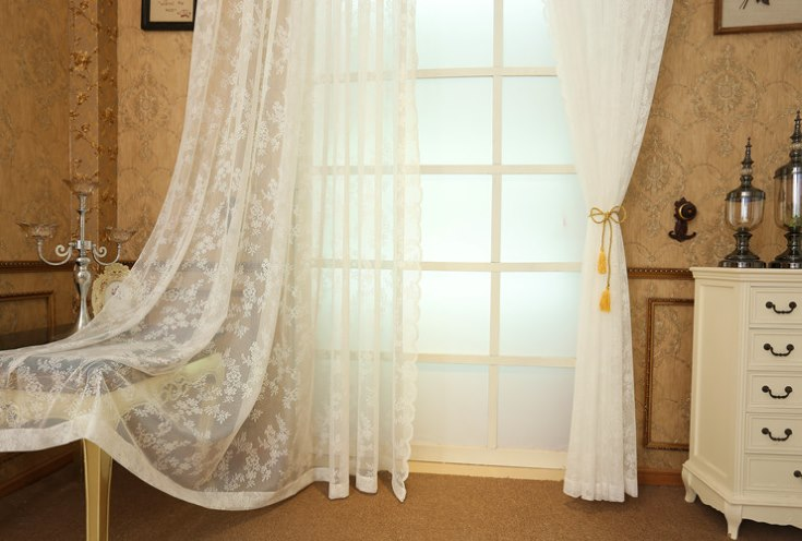 Ажурная занавеска на двери в гостиной