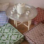 Квадратные подушки на полу для комфортного чаепития
