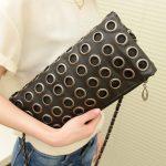 Декор женской сумочки металлическими люверсами