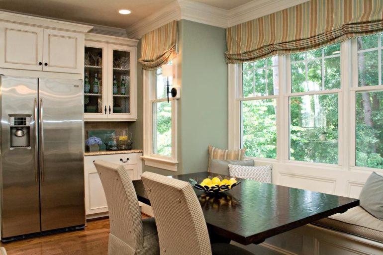 Кухня в частном доме с полосатыми римскими шторами