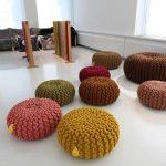 Много круглых пуфов для напольного сидения