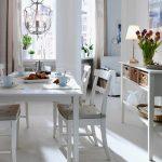 Мягкие бежевые подушки для белой столовой